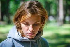 Portrait einer schönen traurigen Frau stockfotos