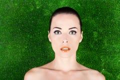 Portrait einer schönen Frau mit grünen Augen Stockbild