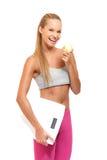 Portrait einer sportlichen Frau mit Apfel Lizenzfreies Stockbild