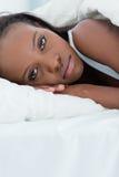 Portrait einer traurigen aufwachenden Frau stockfotos