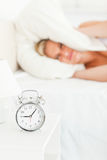 Portrait einer unbefriedigten blonden aufwachenden Frau Stockfotografie