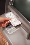 Portrait einer weiblichen Hand, die Dollar entnimmt Lizenzfreie Stockfotografie