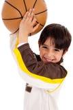 Portrait einer werfenden Kugel des Kindes an der Kamera Stockbilder