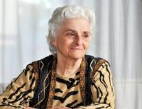 Portrait eines älteren Frauendenkens stockfotos