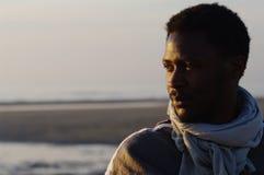 Portrait eines afrikanischen Kerls auf einem Strand Stockfotografie