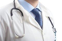 Portrait eines Allgemeinkrankenhausdoktors gegen weißen Hintergrund Stockbild