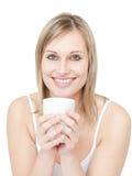 Portrait eines blonde Frau trinkenden cofee Lizenzfreie Stockfotos
