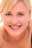Portrait eines blonden Frauenlächelns Lizenzfreies Stockbild