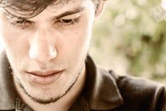 Portrait eines Denkens des jungen Mannes stockfotografie
