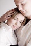 Portrait eines entspannten jungen liebevollen Paares Stockfotografie