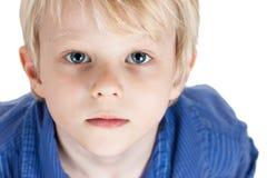 Portrait eines ernsten jungen Jungen Stockbilder