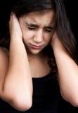 Portrait eines erschrockenen Mädchens auf schwarzem Hintergrund Stockfotografie