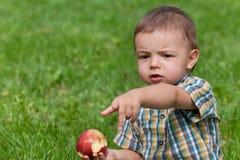 Portrait eines essenden jungen Chefs Stockfoto