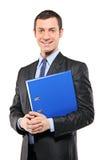 Portrait eines Geschäftsmannes, der ein fascicule anhält Lizenzfreie Stockfotografie
