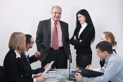 Portrait eines Geschäftsmannes mit seinem Team Stockfotos