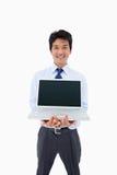 Portrait eines Geschäftsmannes, der ein Notizbuch zeigt Lizenzfreies Stockfoto