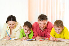 Portrait eines glücklichen Familienspielens Stockfoto