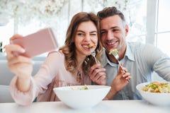 Portrait eines glücklichen jungen Paares Lizenzfreies Stockbild