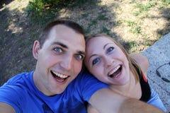 Portrait eines glücklichen jungen Paares Stockbild