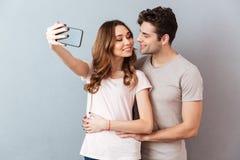 Portrait eines glücklichen jungen Paarumarmens Lizenzfreies Stockfoto