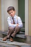 Portrait eines glücklichen kleinen Jungen draußen in der Stadt Stockfotografie