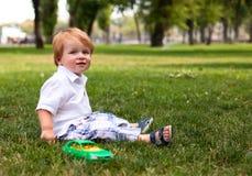 Portrait eines glücklichen kleinen Jungen im Park lizenzfreie stockfotografie