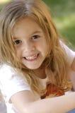 Portrait eines glücklichen kleinen Mädchens Stockbilder
