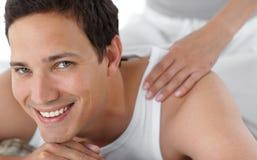 Portrait eines glücklichen Mannes, der eine Massage empfängt Stockfotos