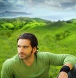 Portrait eines guten-lookiing Mannes in der natürlichen Einstellung Lizenzfreie Stockbilder