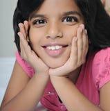 Portrait eines indischen Kindes, das auf Bett liegt. Lizenzfreies Stockbild