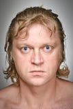 Portrait eines irgendeines anstarrenden Mannes Stockfoto