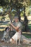 Portrait eines Jägers und seiner Hunde Lizenzfreie Stockbilder