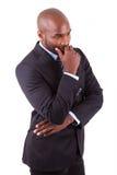 Portrait eines jungen afrikanischen Geschäftsmanndenkens Stockbilder