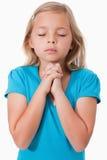 Portrait eines jungen betenden Mädchens Lizenzfreies Stockfoto