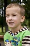 Portrait eines Jungen in einer grünen Jacke. Stockbilder