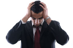 Portrait eines jungen Geschäftsmannes, der niedergedrückt schaut Stockfotografie