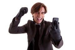 Portrait eines jungen glücklichen Geschäftsmannes mit Telefon Lizenzfreie Stockfotos