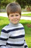 Portrait eines Jungen im Park Lizenzfreie Stockfotografie