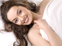 Portrait eines jungen Mädchens, das auf einem Kissen schläft Lizenzfreie Stockfotografie