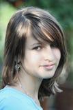 Portrait eines jungen Mädchens im Garten Lizenzfreies Stockbild
