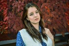 Portrait eines jungen Mädchens im Park Stockfoto