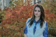 Portrait eines jungen Mädchens im Park Stockbild