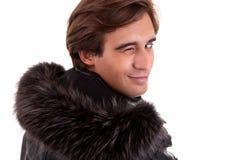 Portrait eines jungen Mannes, der von der Rückseite blinzelt Lizenzfreie Stockbilder