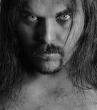 Portrait eines jungen Mannes mit dem langen Haar lizenzfreies stockfoto