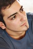 Portrait eines jungen Mannes mit einer Fluglage stockfotografie