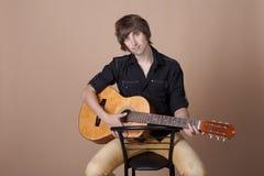 Portrait eines jungen Mannes mit einer Gitarre lizenzfreies stockfoto