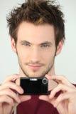 Portrait eines jungen Mannes mit Kamera Stockbild