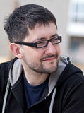 Portrait eines jungen Mannes mit tragenden Gläsern des Bartes Stockfotografie