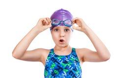 Portrait eines jungen Mädchens in den Schutzbrillen und in der Schwimmenschutzkappe Lizenzfreie Stockfotografie