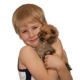 Portrait eines Jungen mit einem kleinen Welpen lizenzfreies stockbild